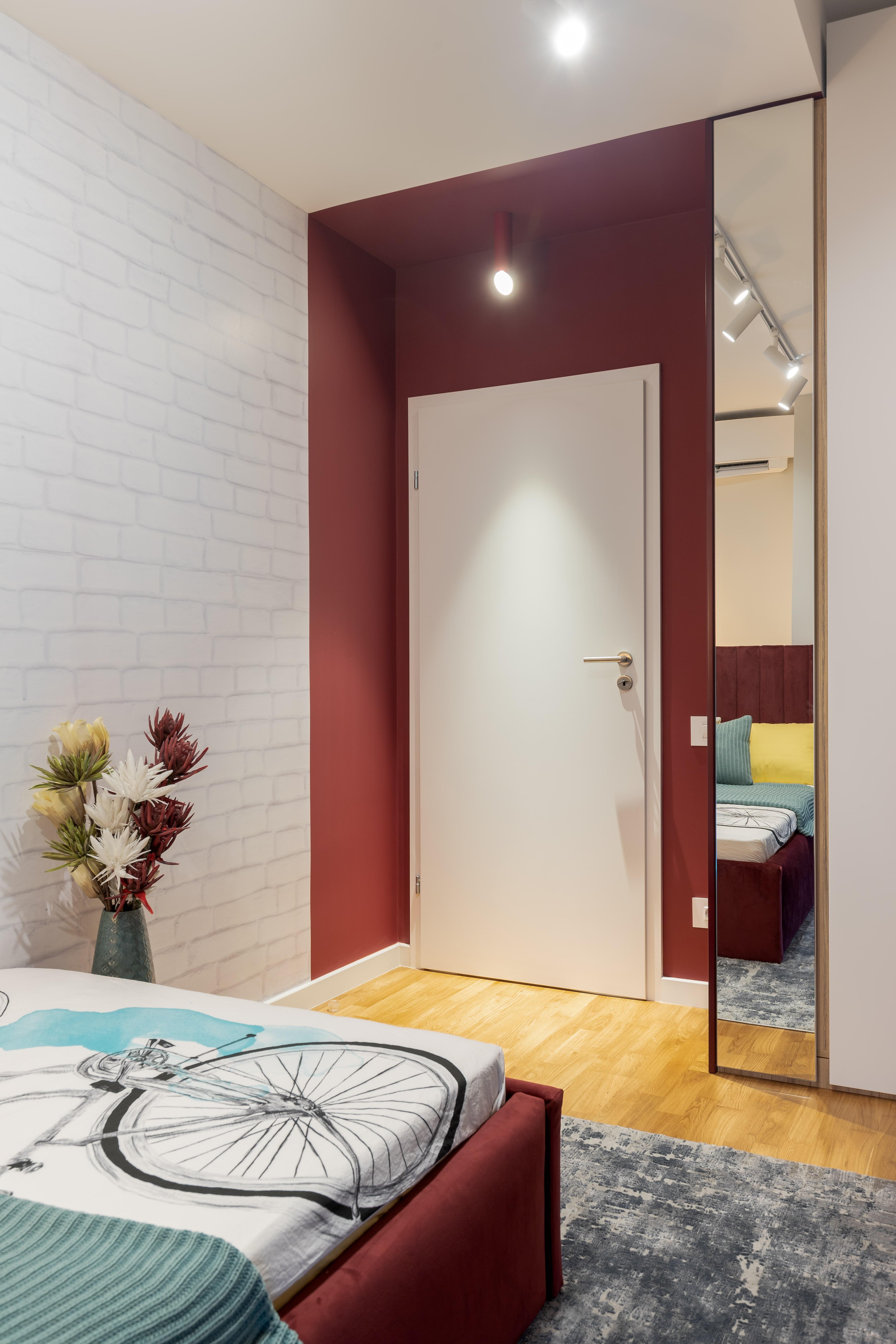 Amenajare camera fetita, pat rosu, perete gri, birou (3)