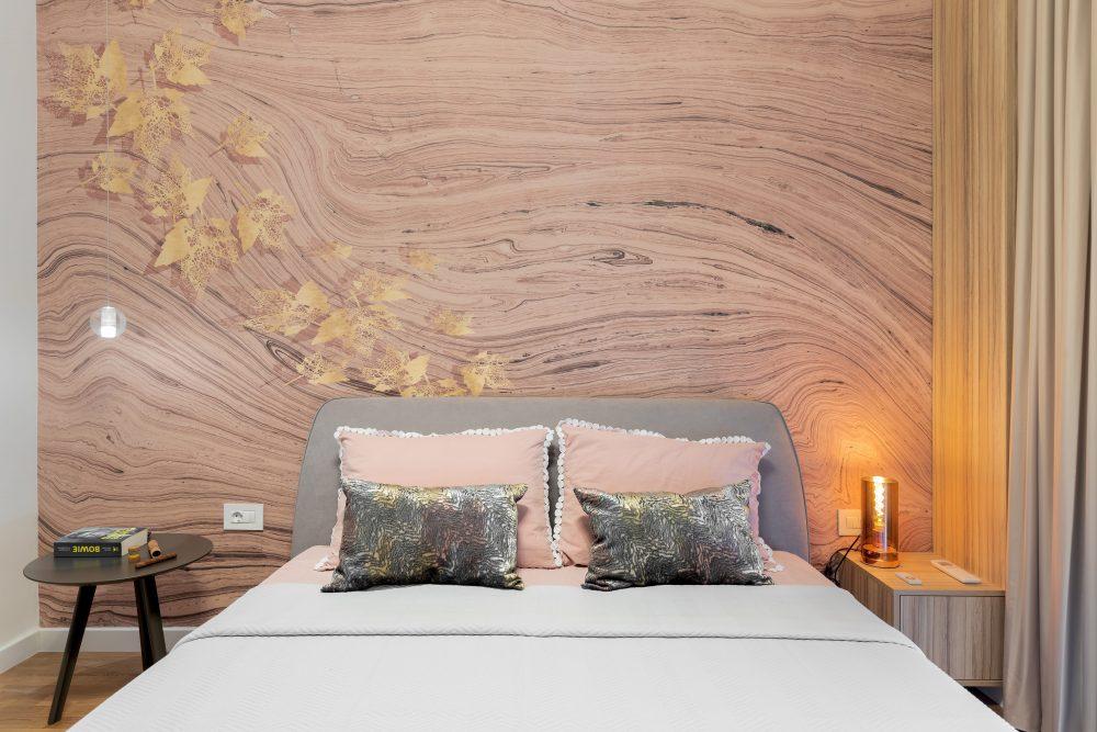 Amenajare dormitor matrimonial, arhitect Sergiu Califar, fototapet model lemn frunze pat gri