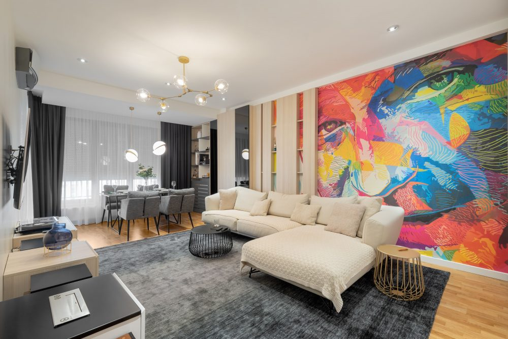 Amenajare living dulapuri si fototapet colorat canapea bej