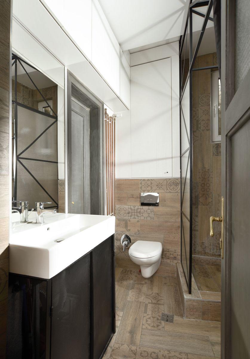 apartamentul unui tanar chitarist mobilat in familie baie renovata