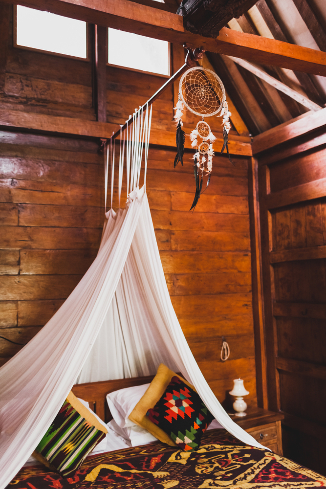 dormitor la mansardă pat cu baldachin