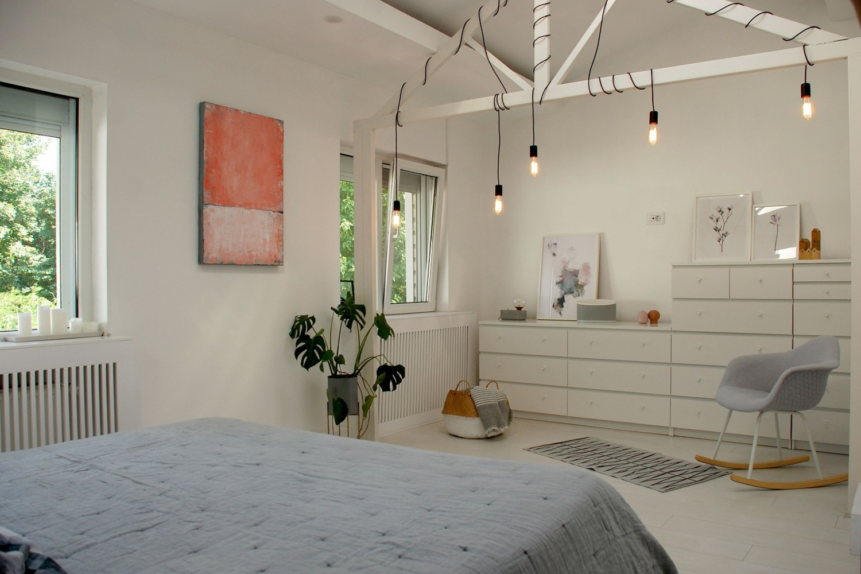Casă din București - design interior Oana Tapu - amenajare dormitor cu parchet alb si becuri suspendate