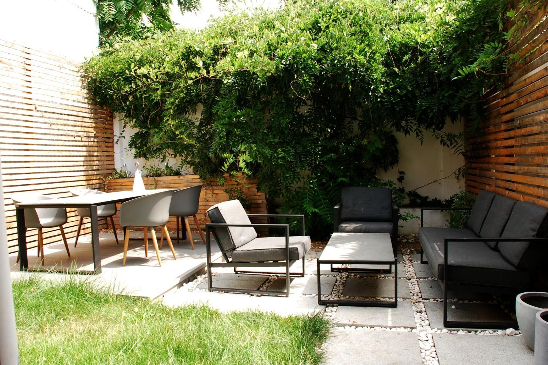 grădină exterioară plante verzi mese scaune