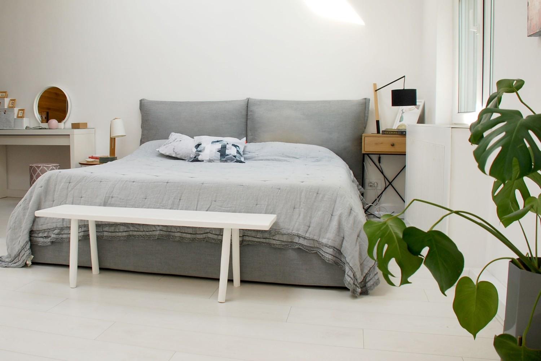 Casă București - dormitor cu pat gri