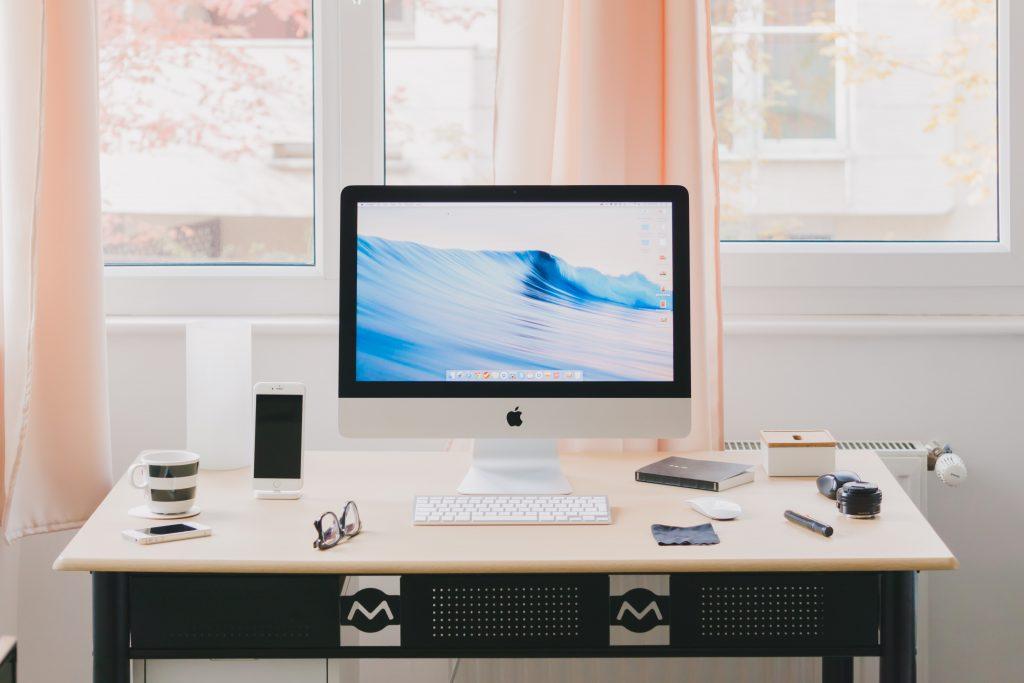 Cum amenajezi un birou pe balcon – soluții și exemple practice depozitare