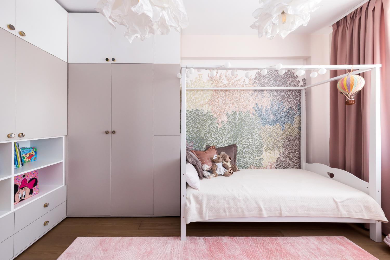 Amenajare cameră fetiță cu pat baldachin și roz. Acasă la Natalia Berezovskaia - Creativ Interior (1)
