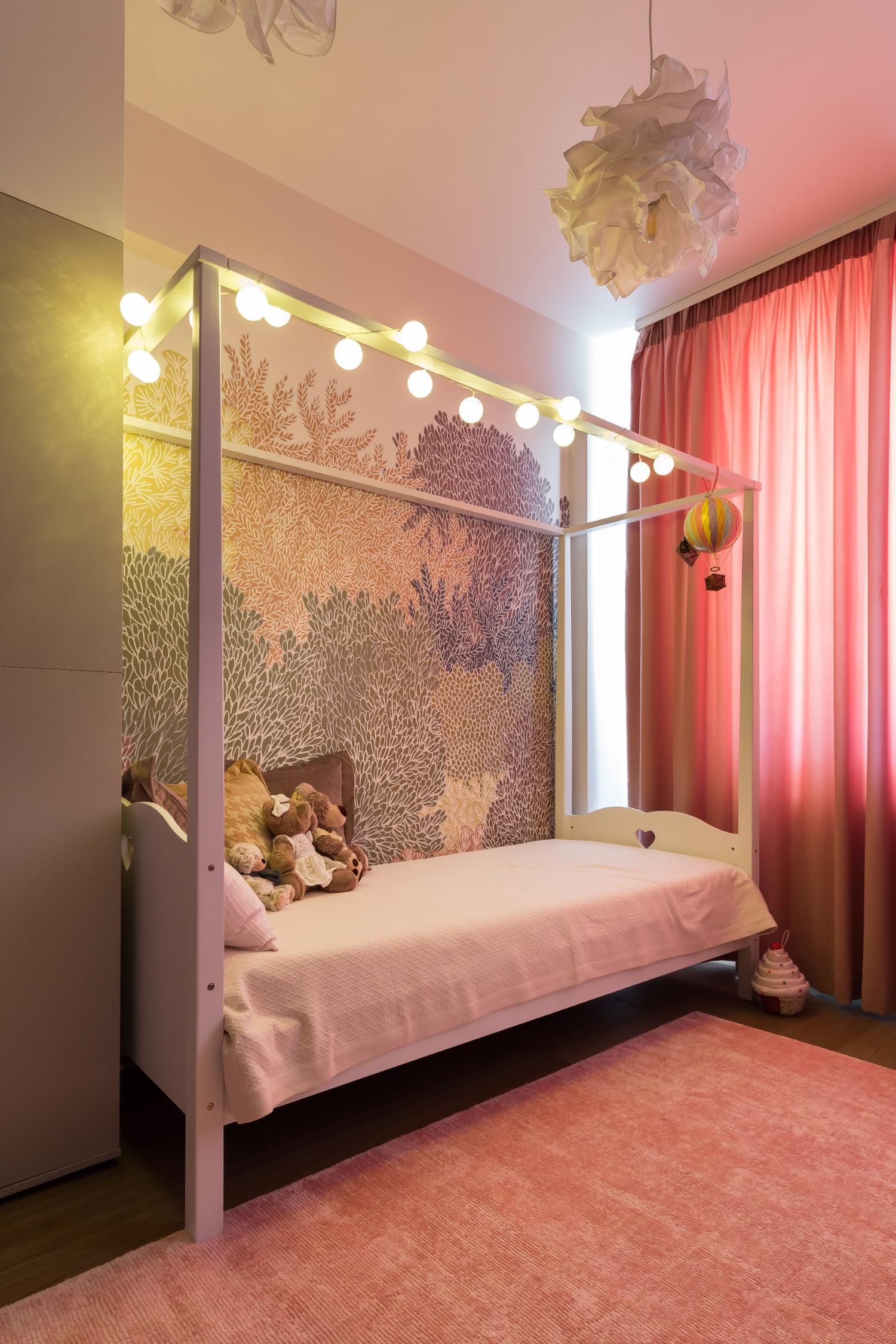 Amenajare cameră fetiță cu pat baldachin și roz. Acasă la Natalia Berezovskaia - Creativ Interior (2)