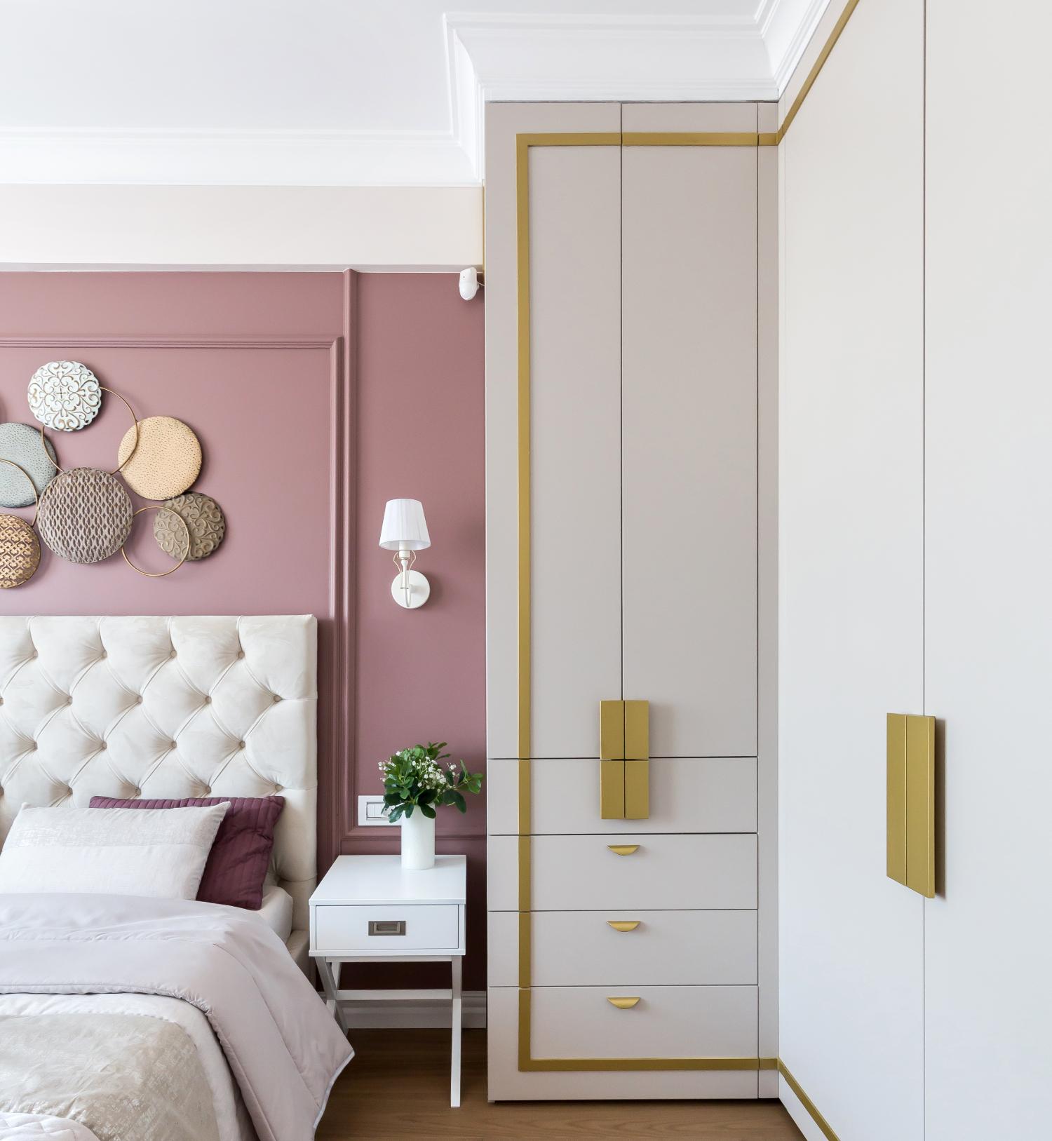 Amenajare elegantă dormitor cu roz și alb. Acasă la Natalia Berezovskaia - Creativ Interior - The Famous Design (2)
