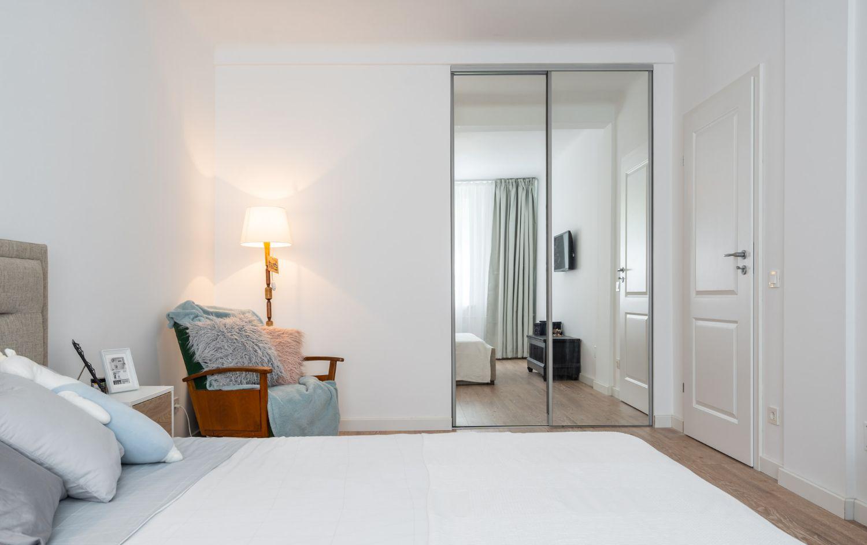 Dormitor în nuanțe neutre - Amenajare apartament două camere - arh. Cristiana Zgripcea