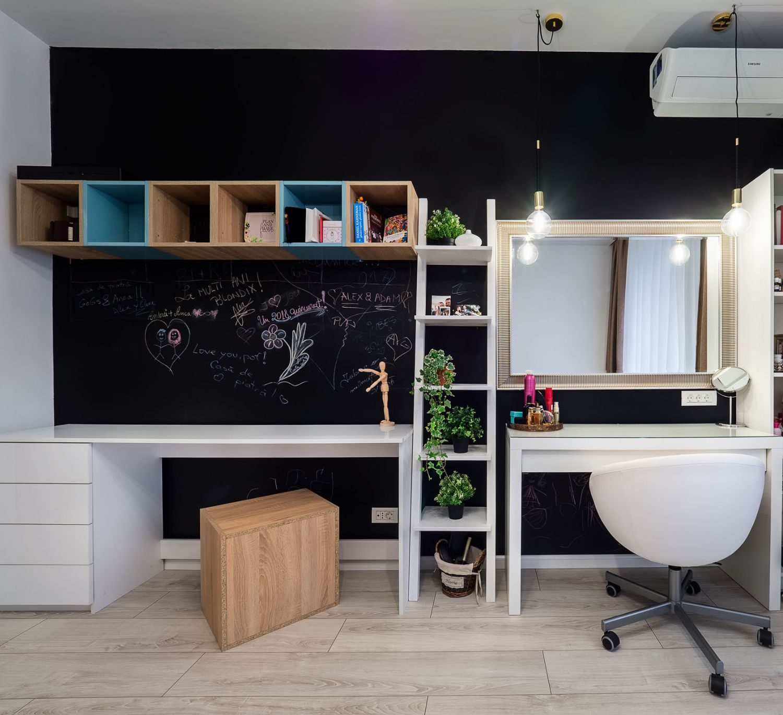 Birou cu perete în finisaj de tablă neagră de scris.