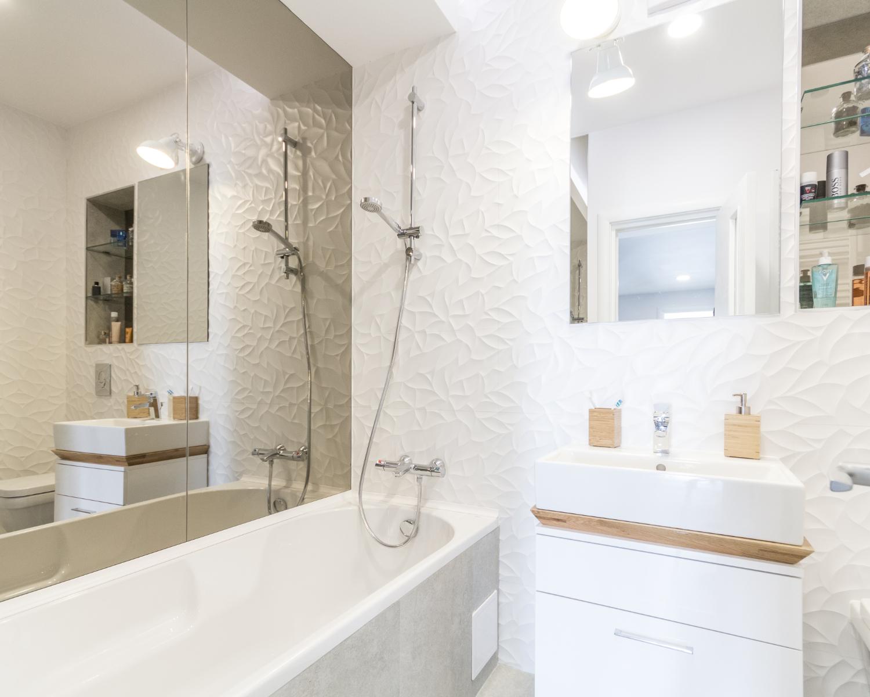Amenajare open space baie albă cu cadă