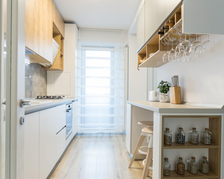 Amenajare open space bucătărie albă stil scandinav.