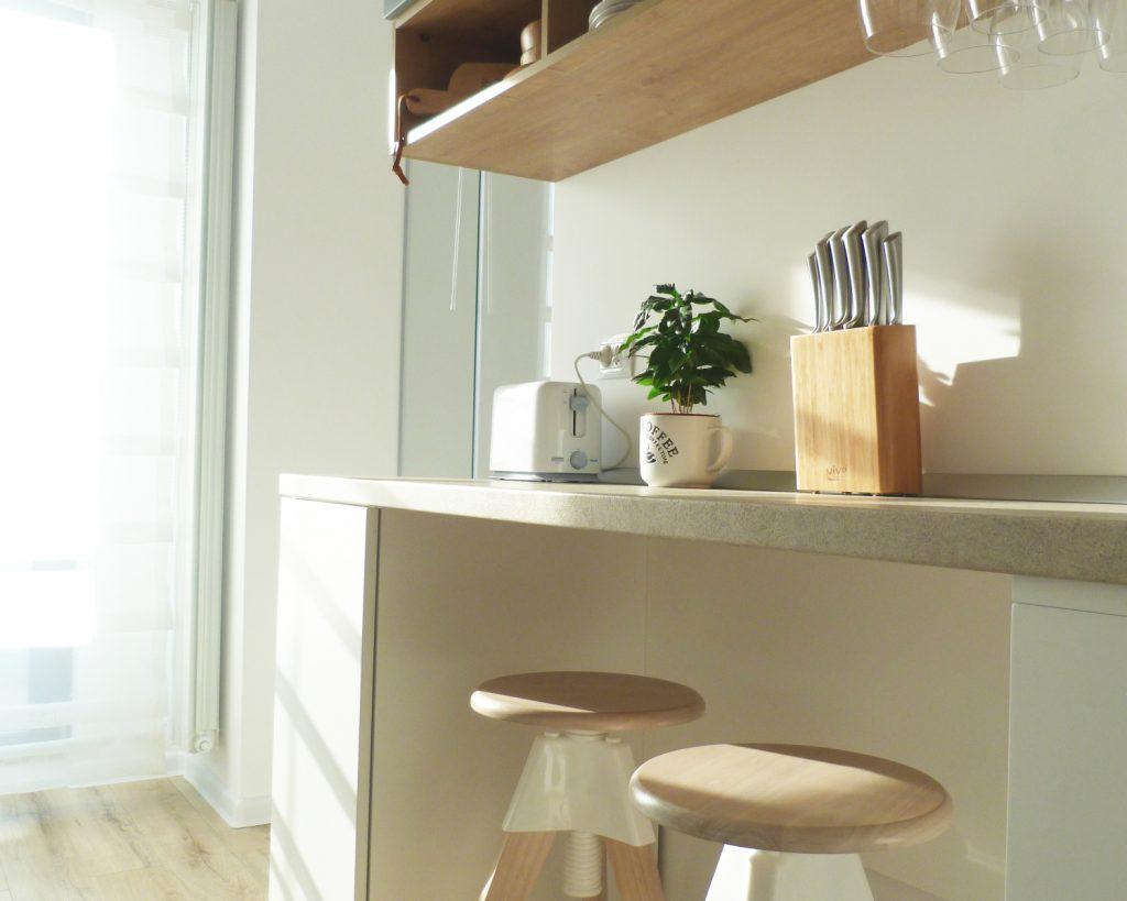 Amenajare open space bucătărie albă stil scandinav