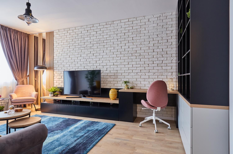 Amenajare living perete cărămidă albă, canapea gri, covor albastru. arh. int. Cristina Micu (4)