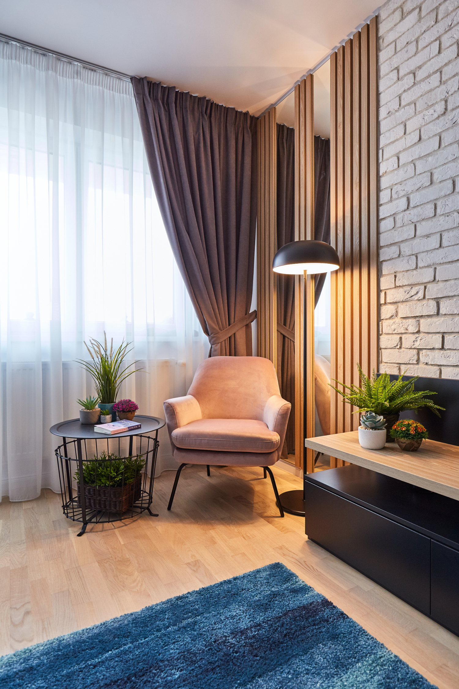 Amenajare living. Colț de citit. Amenajare apartament două camere București, arh. int. Cristina Micu