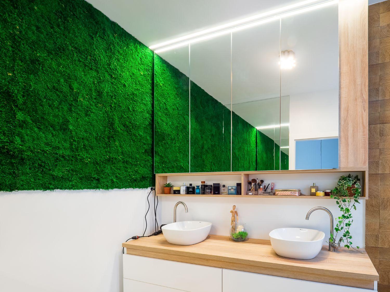 Baie matrimonială cu perete cu mușchi vegetal, blat cu două lavoare, dulap placat cu oglindă
