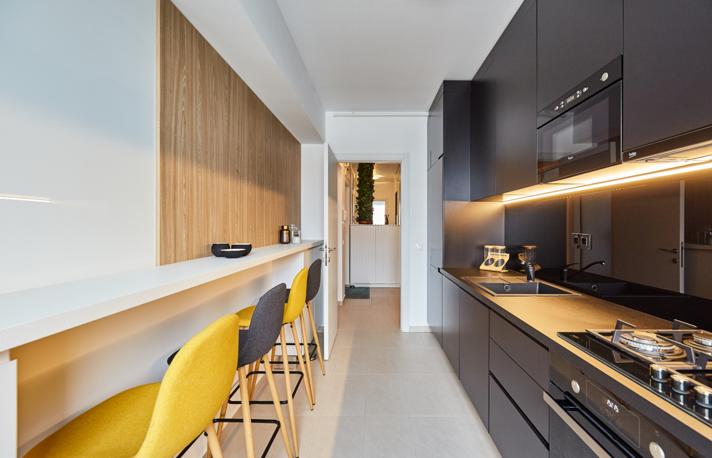 Bucătărie modernă alb și negru. Amenajare apartament două camere București, arh. int. Cristina Micu