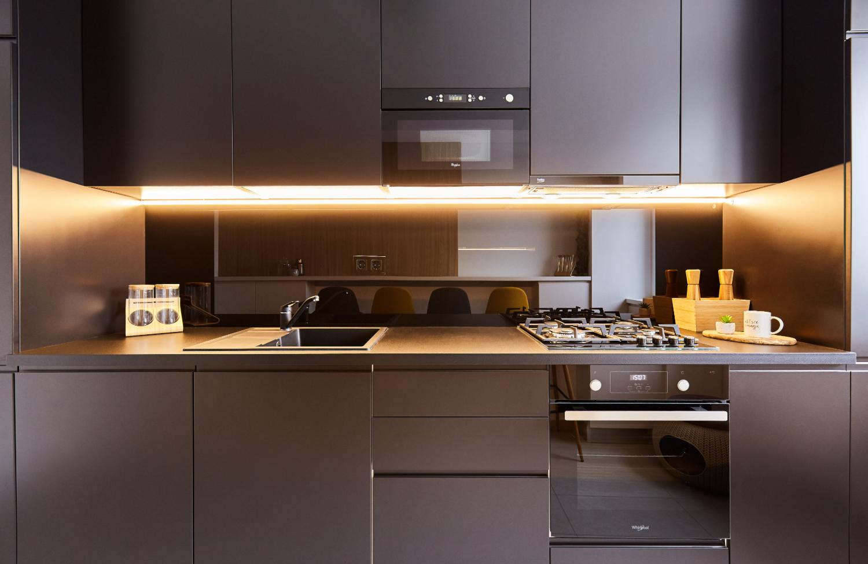 Bucătărie modernă alb și negru. Placare sticlă neagră.