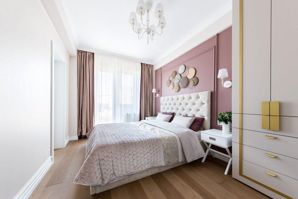 Dormitor cu un perete colorat