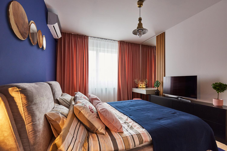 Dormitor vopsit cu albastru clasic, culoarea Pantone a anului 2020 - Classic Blue. Amenajare apartament două camere București, arh. int. Cristina Micu interior (2)