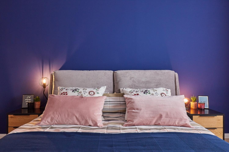 Dormitor vopsit cu albastru clasic, culoarea Pantone a anului 2020 - Classic Blue. Amenajare apartament două camere București, arh. int. Cristina Micu interior