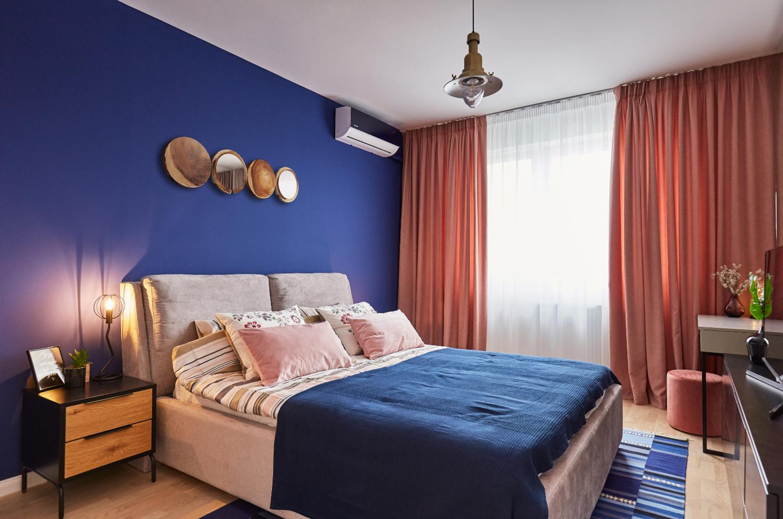 Dormitor vopsit cu albastru clasic, culoarea Pantone a anului 2020 - Classic Blue. Amenajare apartament două camere București, arh. int. Cristina Micu interior (3)