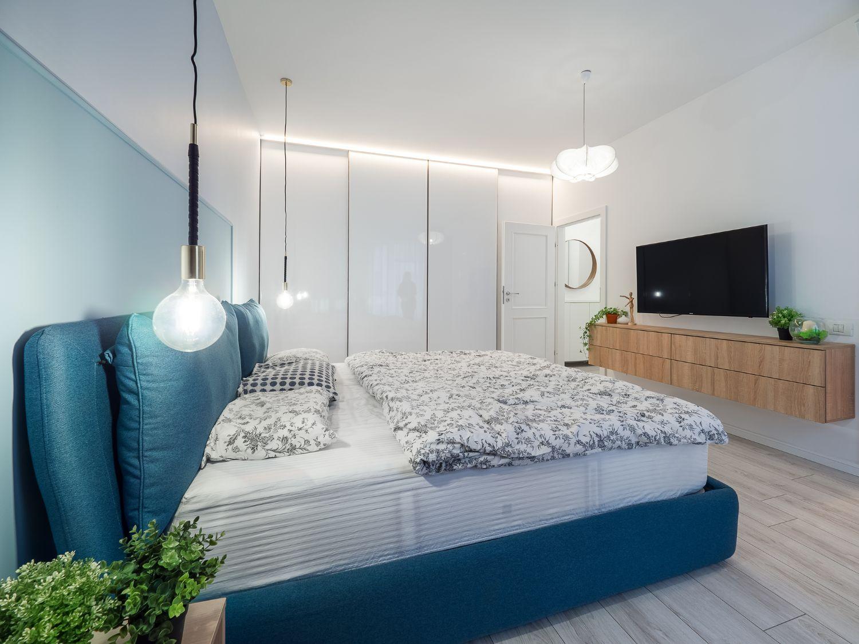 Dormitor cu pat albastru