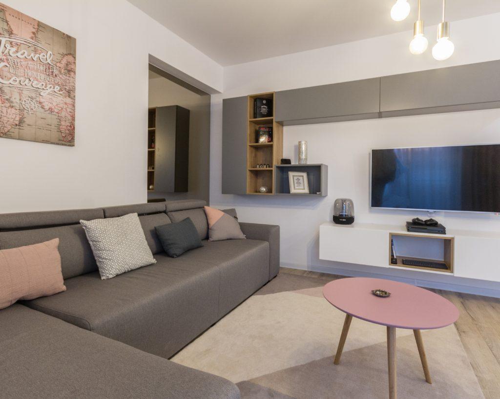 amenajare open space cu bucătărie separată de living prin geam. Zonă de dining. Stil scandinav