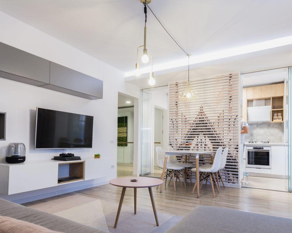 amenajare open space cu bucătărie separată de living prin geam. Zonă de dining. Stil scandinav (6)