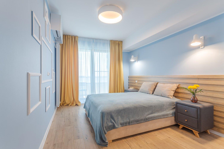 Dormitor bleu cu lemn natur