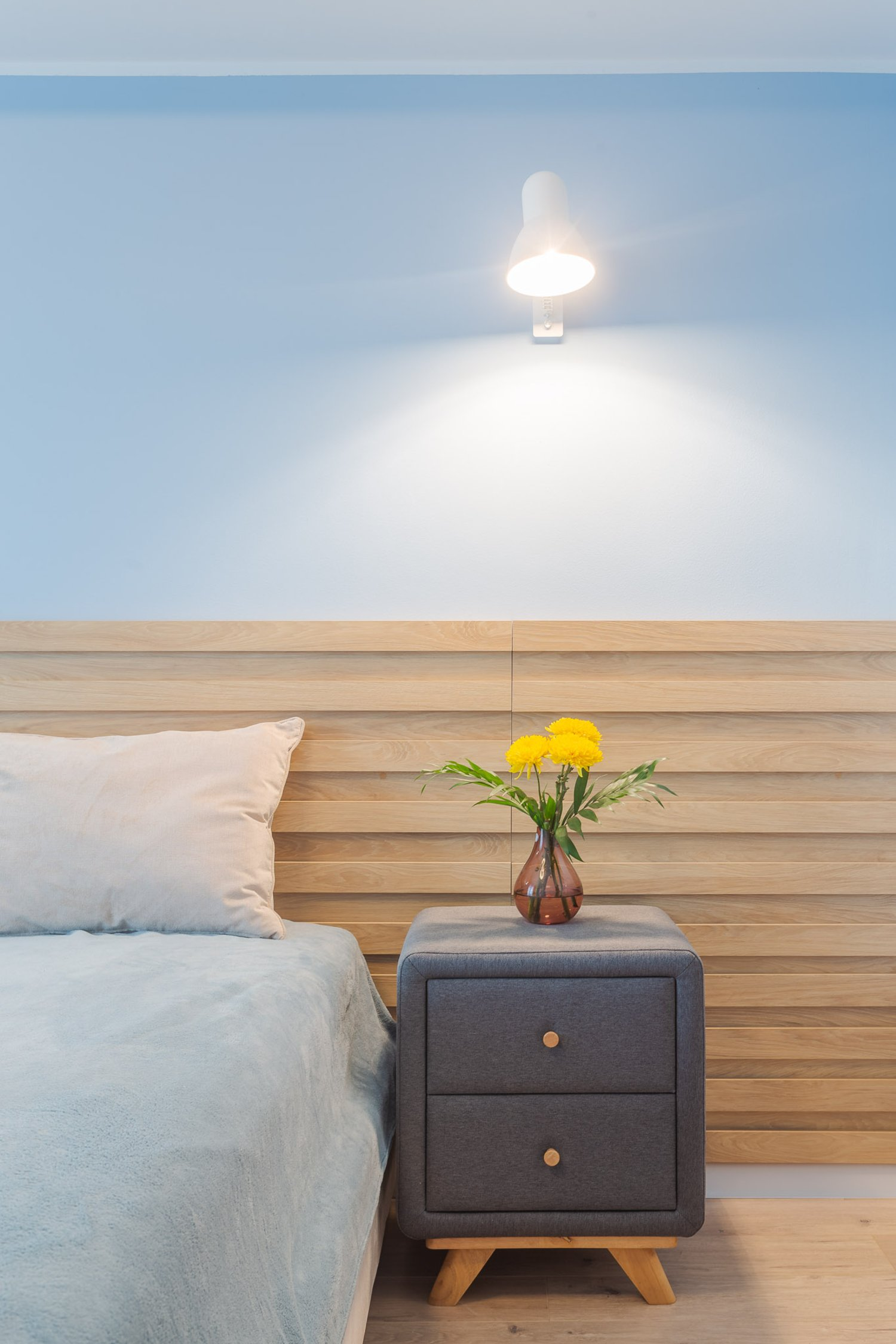 Amenajare apartament de burlac - 2 camere - dormitor bleu cu lemn natur, noptiere tapitate
