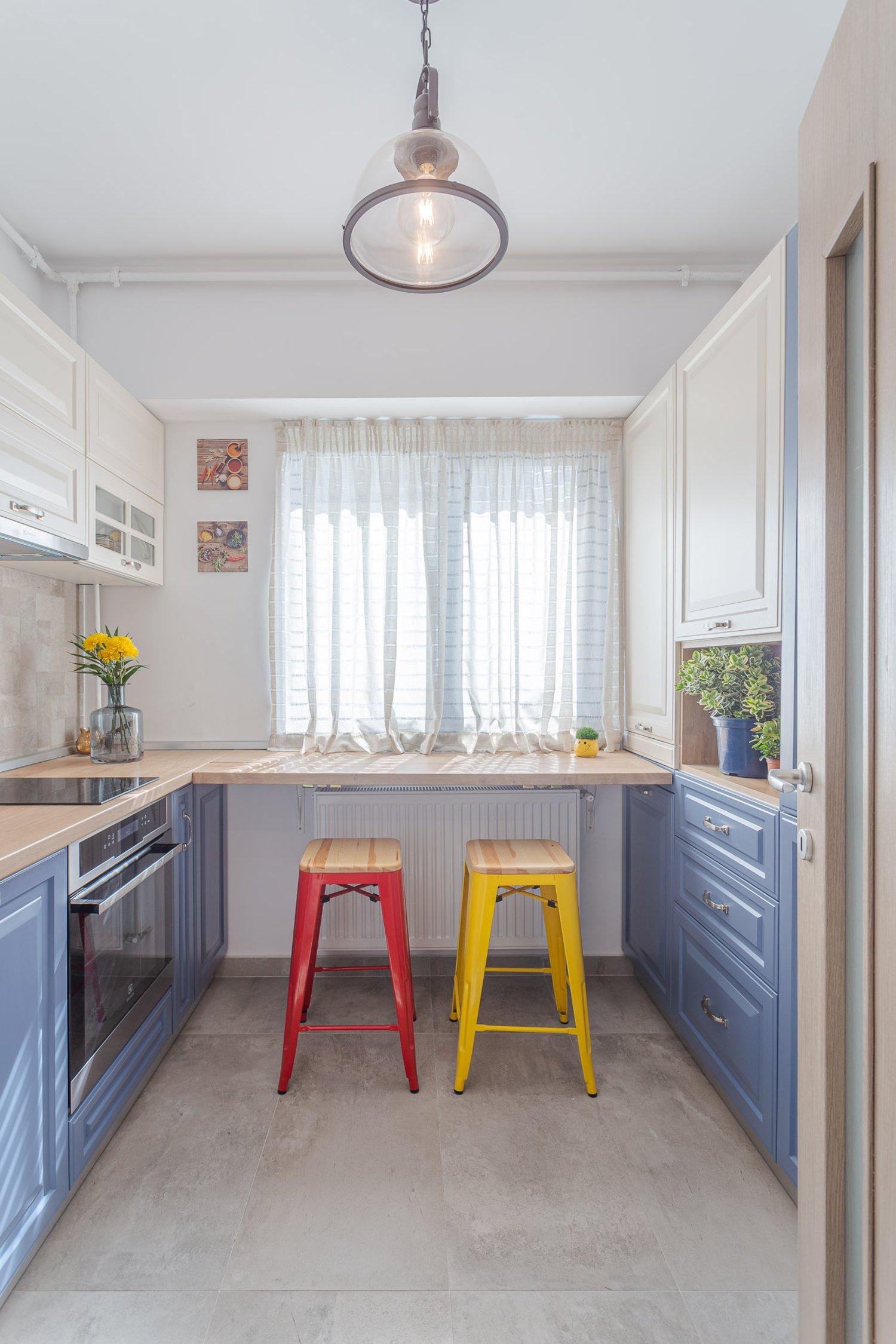 Amenajare apartament de burlac - bucatarie in stil clasic, mobilier alb si albastru bleu, scaune metalice galben si rosu