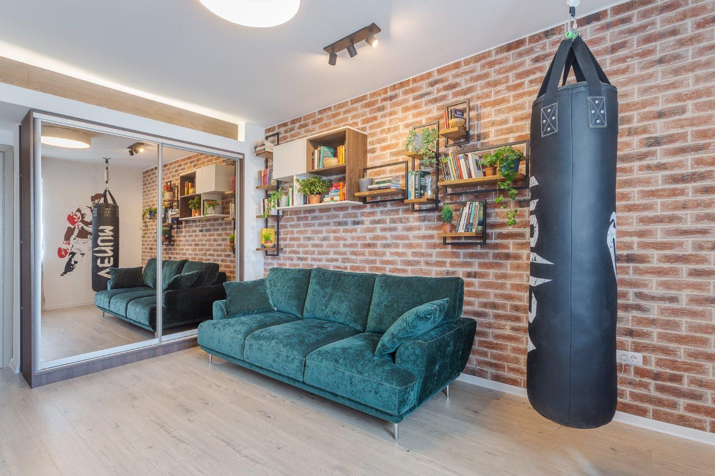 Amenajare apartament de burlac - living cu sac de box, perete caramida aparenta, canapea verde, dulap cu oglinda fumurie (1)