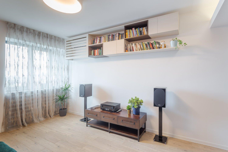 Amenajare apartament de burlac - living - zona media sistem audio polite carti