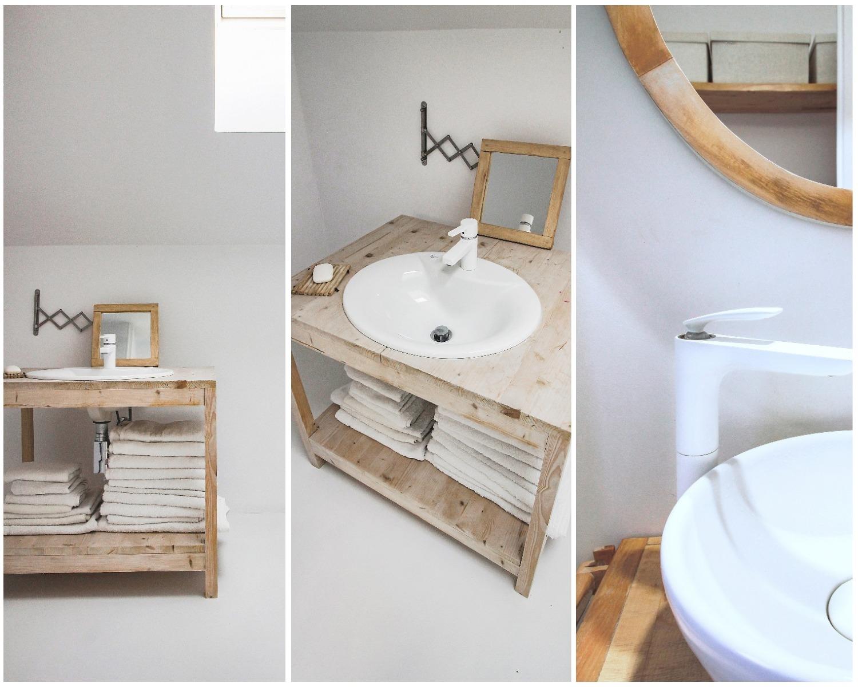 Amenajare baie alba cu lemn si mobilier recuperat