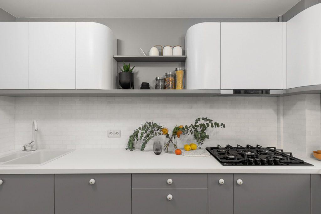 Amenajare bucătărie cu mobilier rotunjit alb și gri (2)