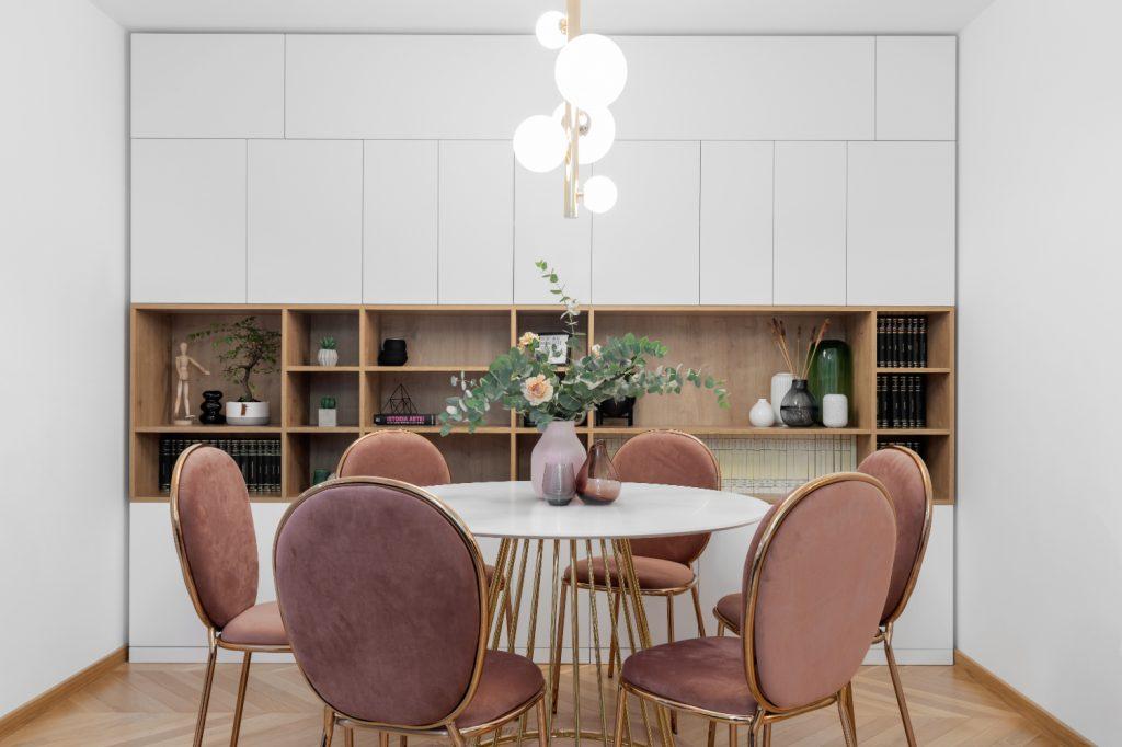Amenajare dining elegant mobilier alb scaune roz (1)