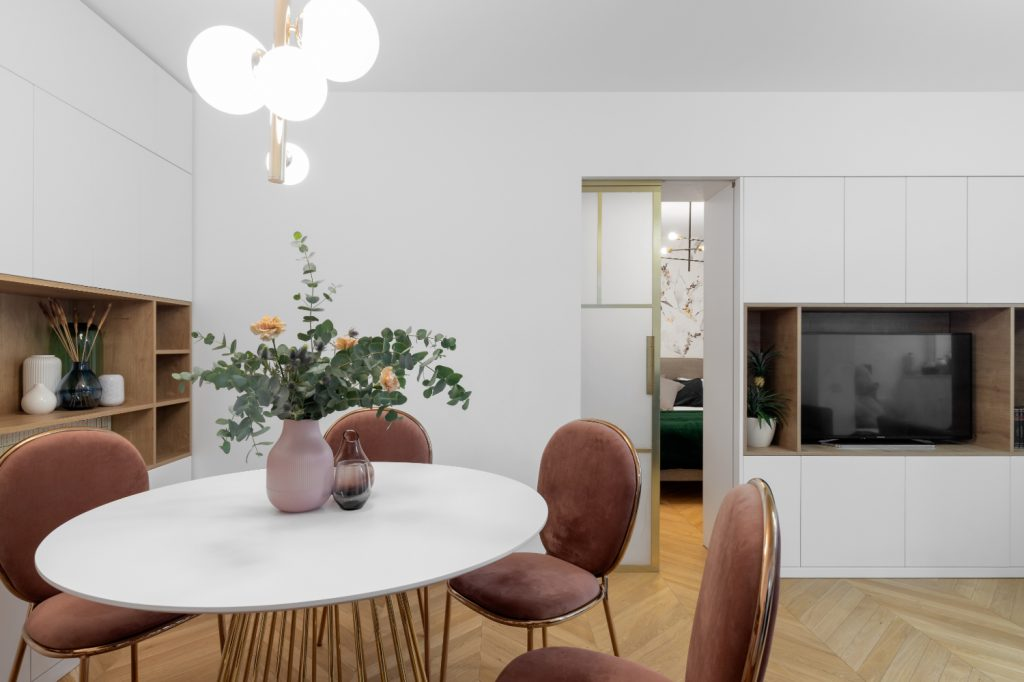 Amenajare dining elegant mobilier alb scaune roz (2)