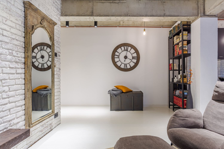 Amenajare open space stil industrial arh. Cristina Golban beton aparent caramida alba (1)