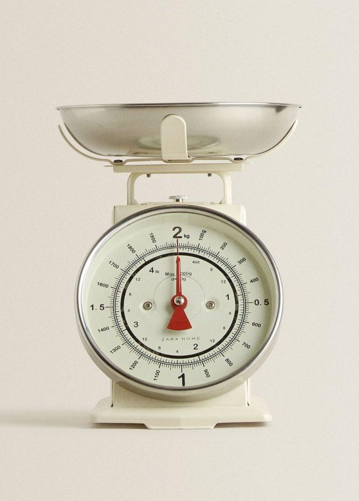 Cântar de bucătărie cu design în stil retro de la Zara Home. Preț: 199 lei.
