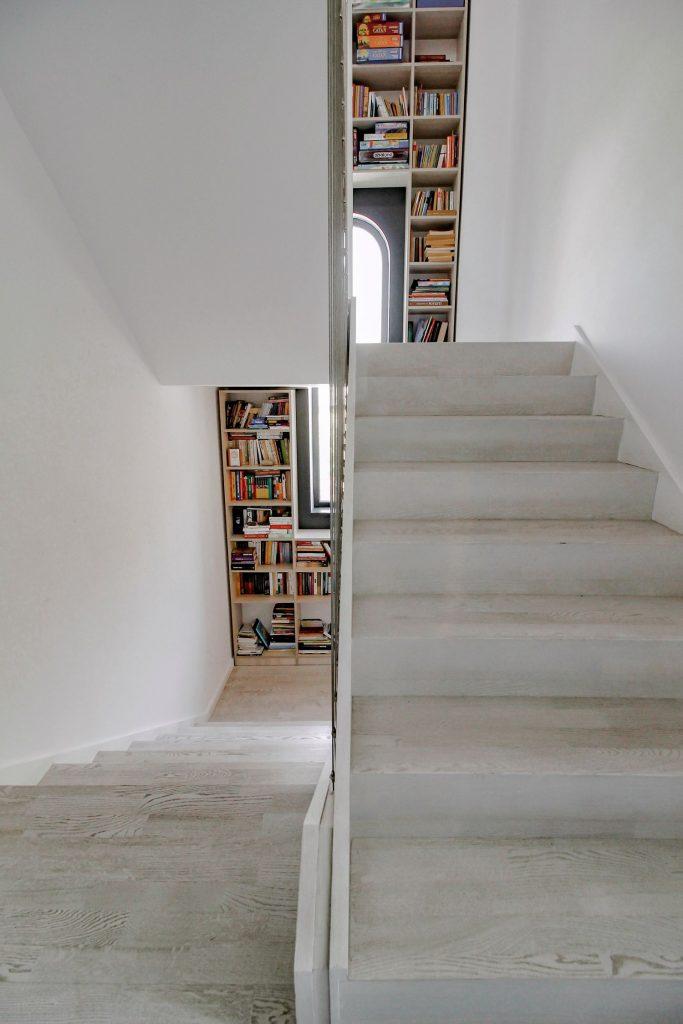 Scară interioară cu bibliotecă pe două niveluri