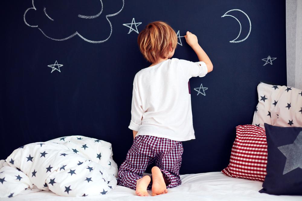 dormitor doi copii vopsea neagra tabla de scris