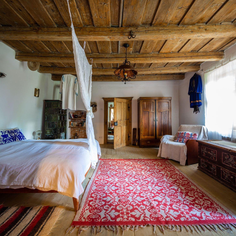 Paul a proiectat patul din bârne vechi de stejar