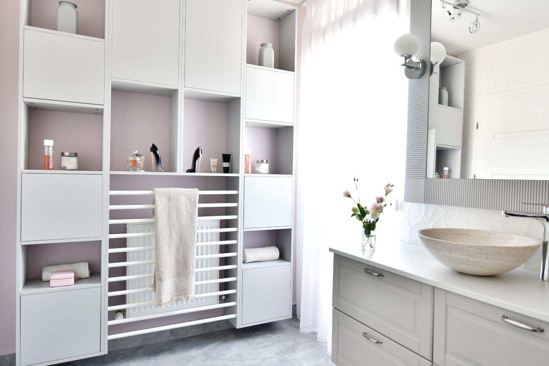 Dulap alb baie pereti gri roz