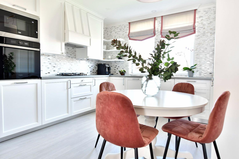 Amenajare bucatarie alba scaune roz Simona Ungurean Targu Mures