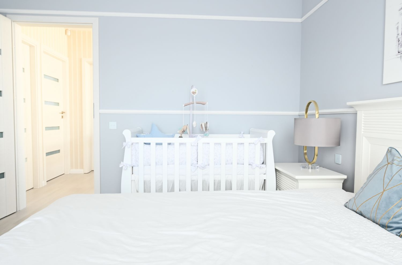 Pat de bebe in dormitorul matrimonial