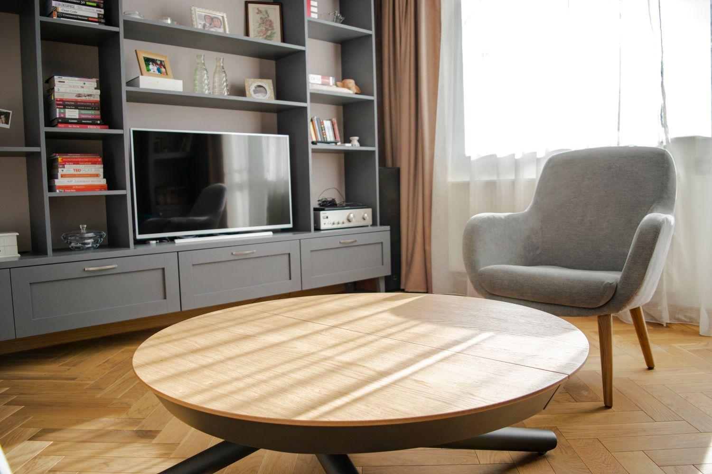 Apartament patru camere Cluj Pibo Projects - living gri canapea albastra, masa extensibila pentru jocuri