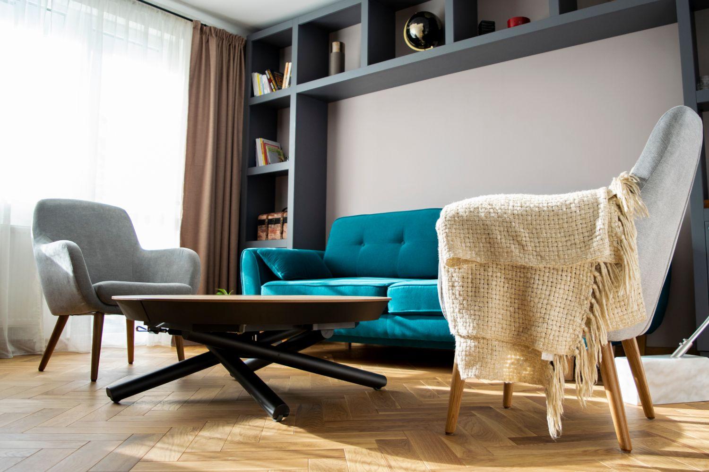 Apartament patru camere Cluj - living gri canapea albastra (1)