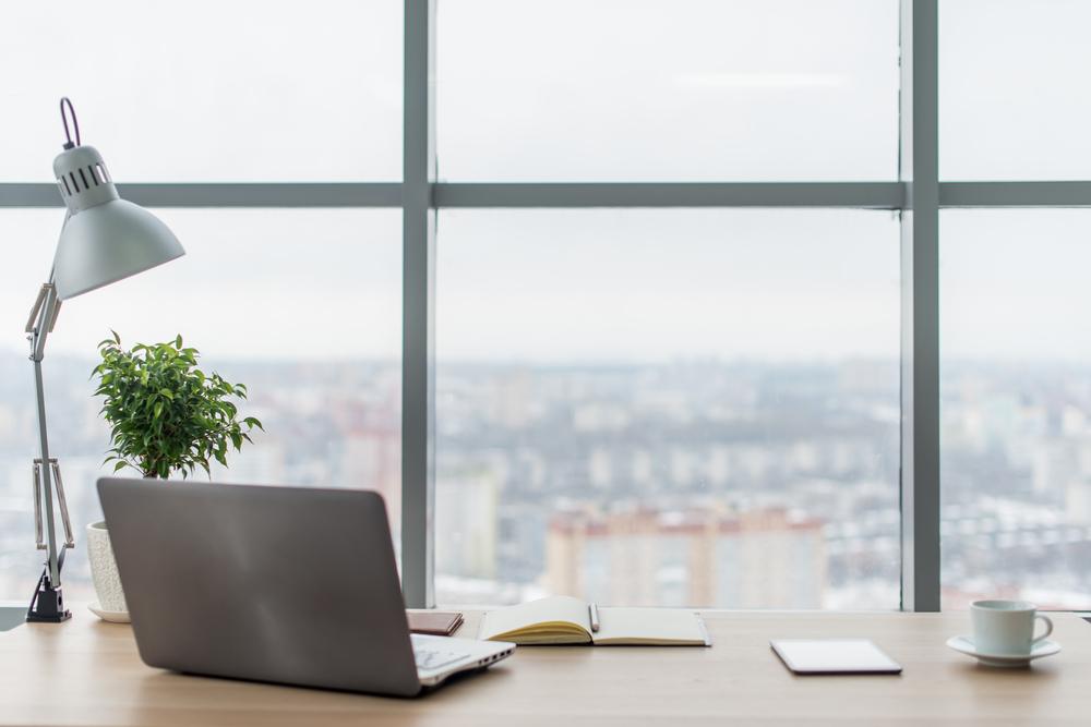 biroul aşezat lângă fereastră