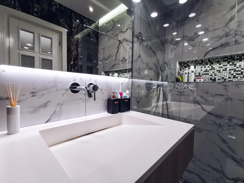 Amenajare baie cu marmură și duș walk-in Iași - PureAmbianceDesign